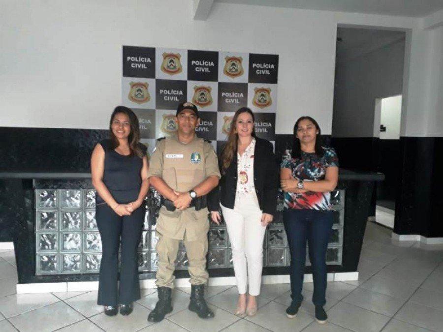 Durante visita a Delegacia da Mulher em Augustinópolis