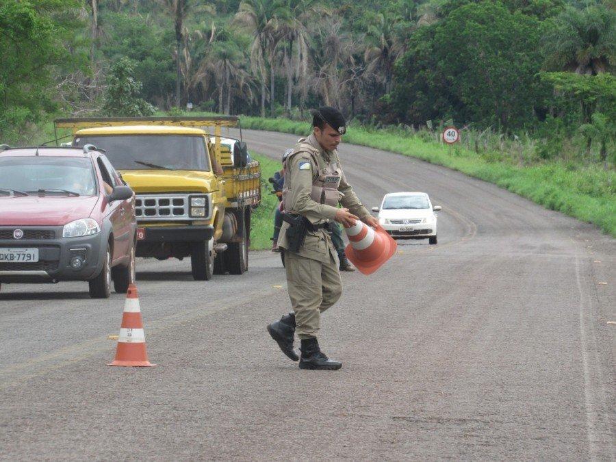 Policiais em aula prática na rodovia