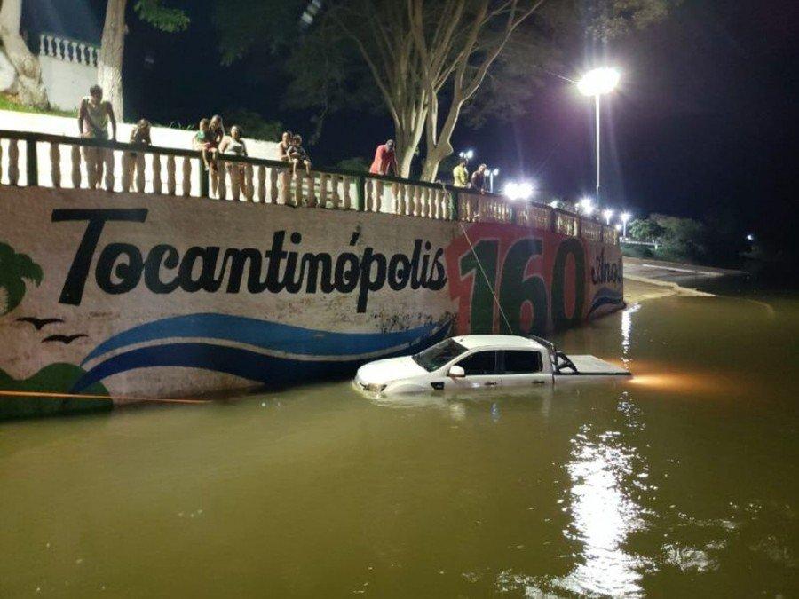 Caminhonete ficou submersa no rio Tocantins (Foto: Dirceu Lemos)