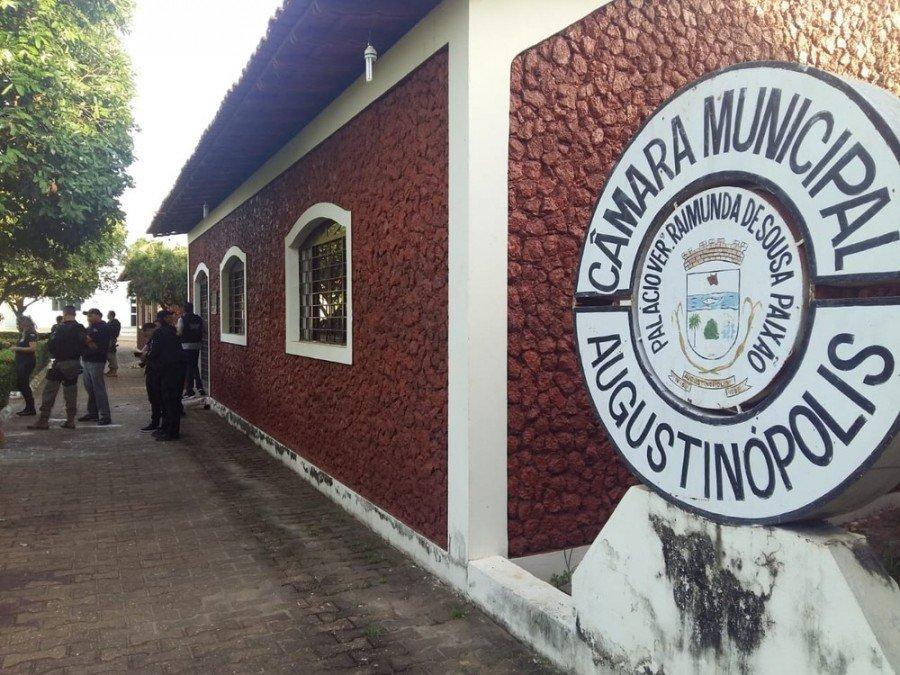 Mandados de busca estão sendo cumpridos na Câmara de Vereadores de Augustinópolis (Foto: Reprodução/TV Anhanguera)