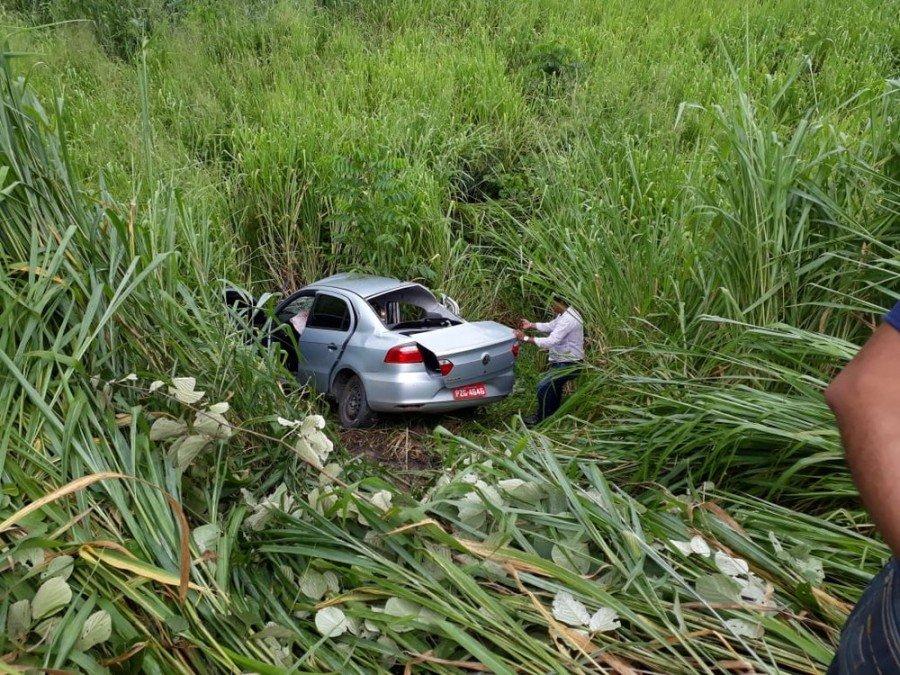 Veículo saiu da pista após colidir com uma carreta (Foto: Divulgação/Polícia Rodoviária Federal)