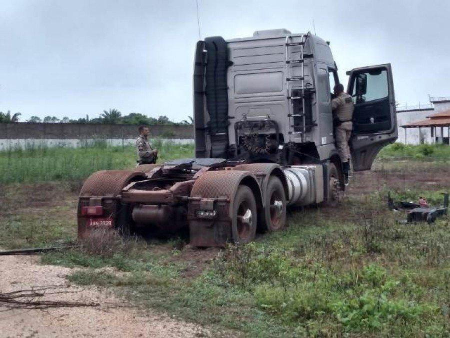 Caminhão apreendido em terreno no povoado Peso Duro