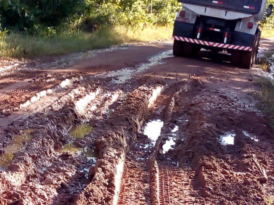 Mesmo em dias chuvosos, trabalhos são mantidos para garantir que transporte escolar rural não seja interrompido