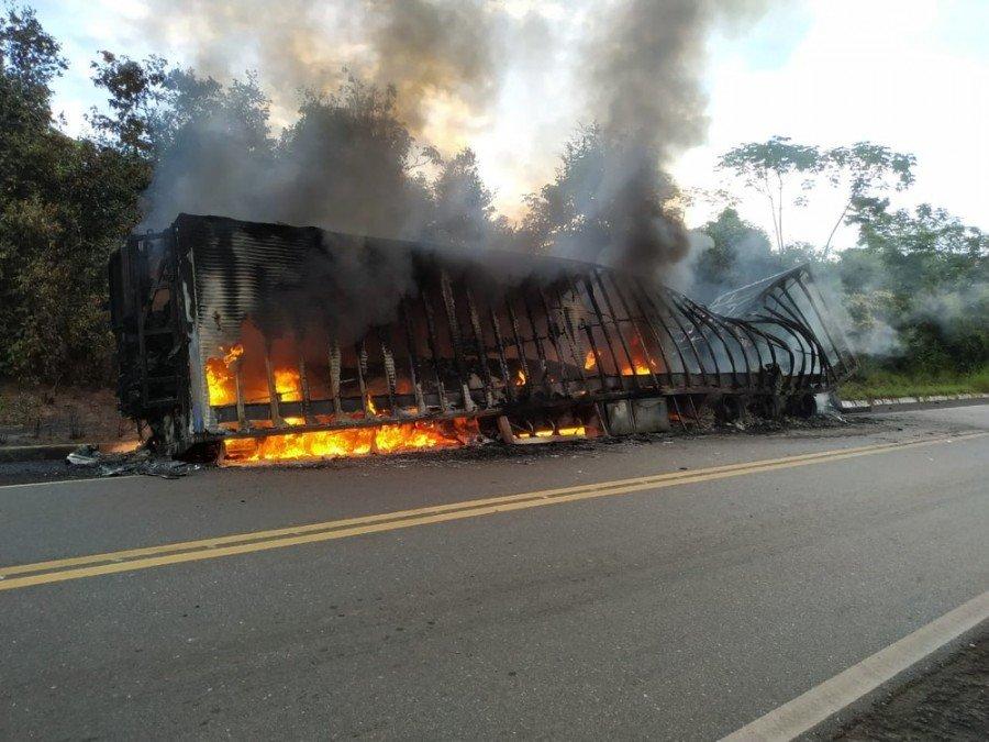 Carroceria do caminhão ficou tomada pelo fogo