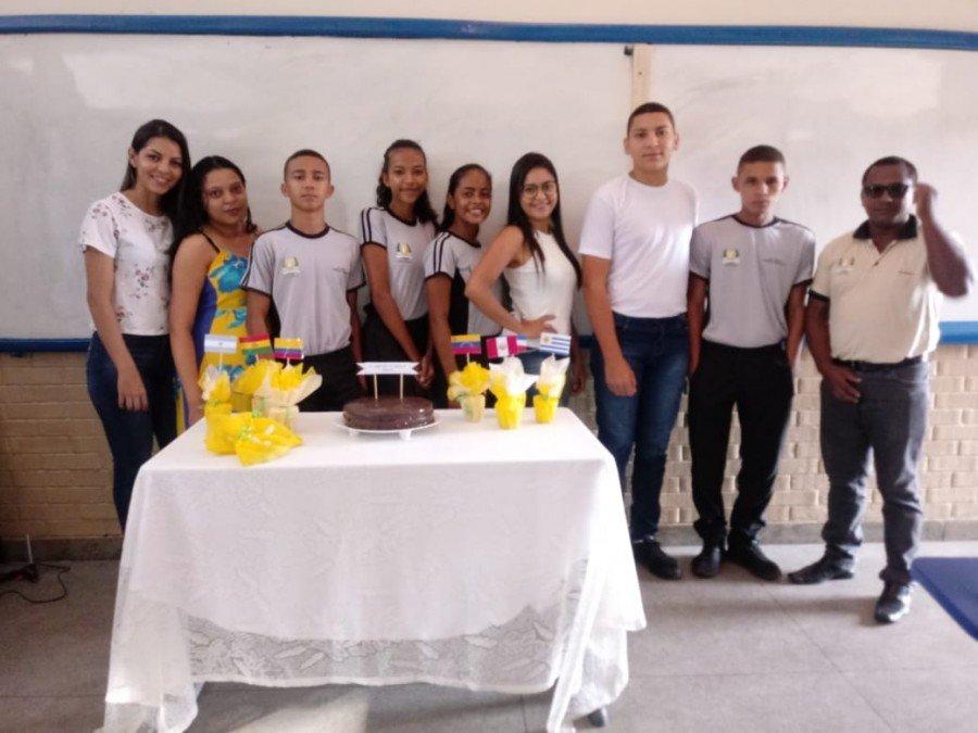Estagiários com alunos em sala de aula durante a oferta do minicurso de espanhol (Foto: Divulgação /Ascom Unitins)