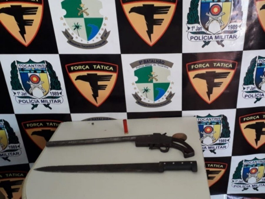 Espingarda tipo escopeta, calibre 32 com uma cápsula deflagrada, e facão apreendido pela Polícia Militar em poder do acusado