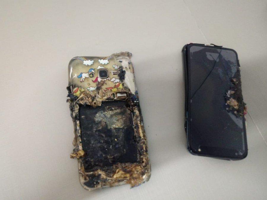 Além de explodir, o celular ainda danificou outro aparelho que estava na bolsa (Foto: Josseli Carvalho)