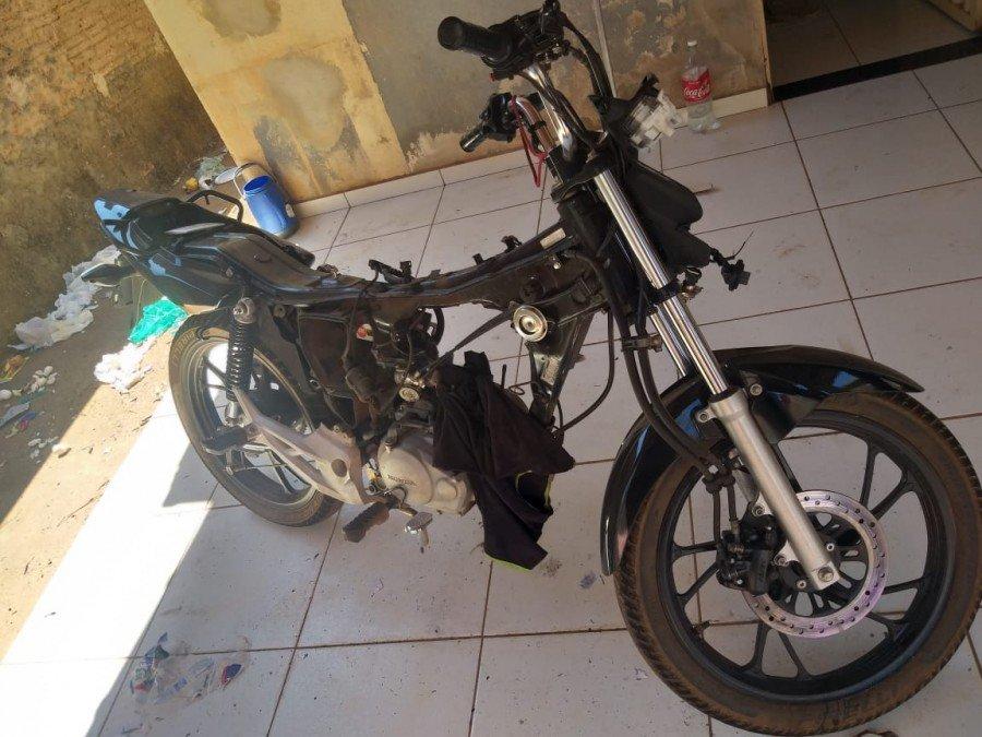 O suspeito recebia motos furtadas de terceiros e desmontava, posteriormente vendia as peças no comércio da capital e para mecânicos diversos