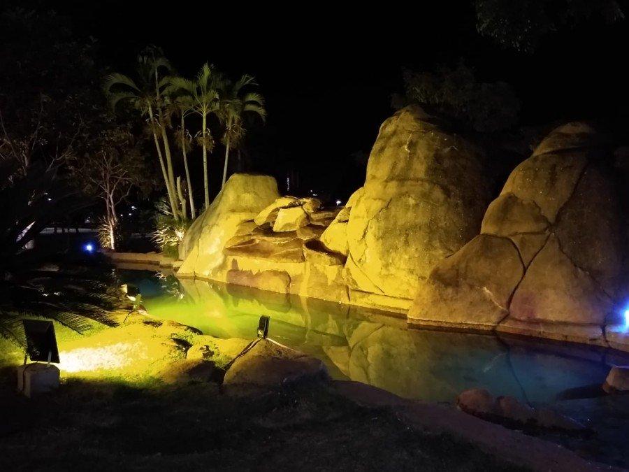 Fonte Luminosa da Praça dos Girassóis também recebeu iluminação amarela