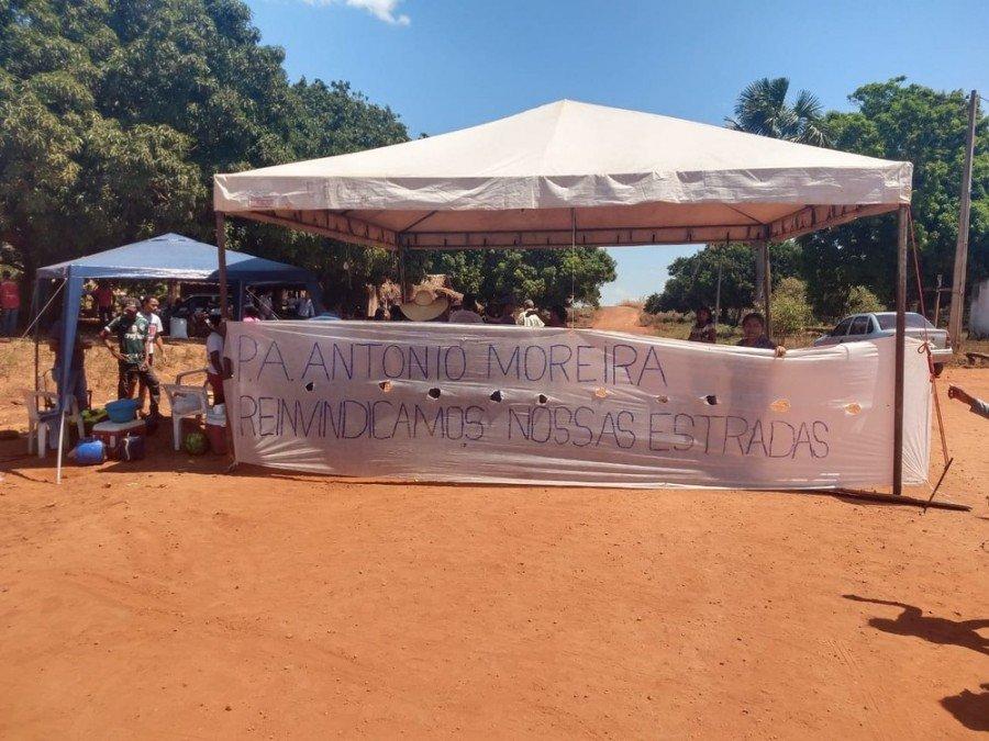 Moradores montaram tendas para impedir passagem de carros por estrada (Foto: Mayky Araújo/TV Anhanguera)