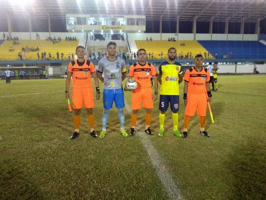 Trio de arbitragem antes de jogo pelo Tocantinense; Helves Presley (dir) (Foto: Arquivo pessoal)