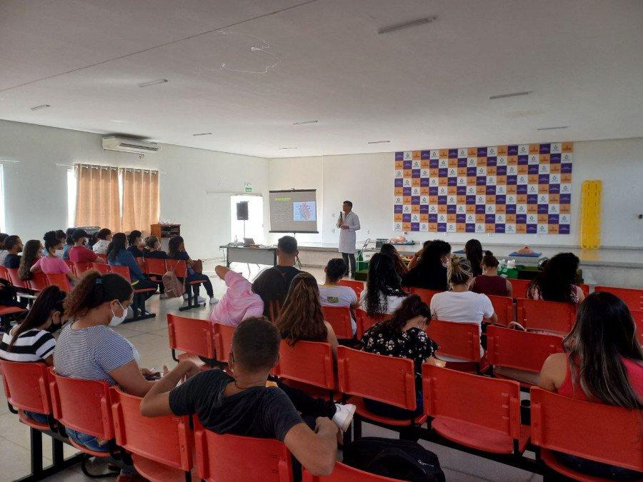 Palestra ministrada pelo professor e enfermeiro emergencista Weverton Augusto Oliveira (Foto: Ananda Portilho)