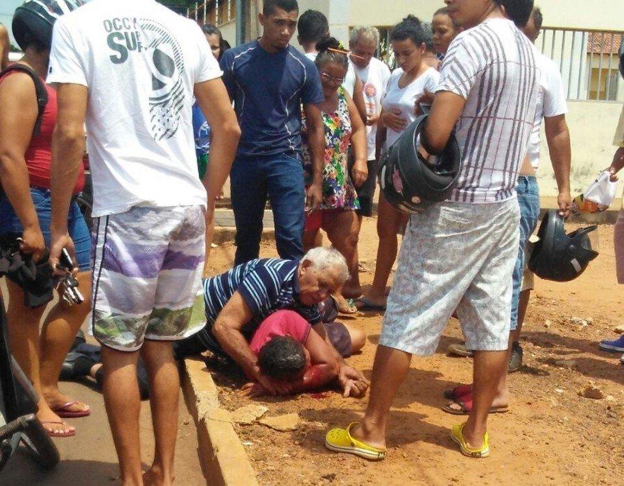 Homem foi imobilizado até a chegada da Polícia Militar (Foto: Divulgação)