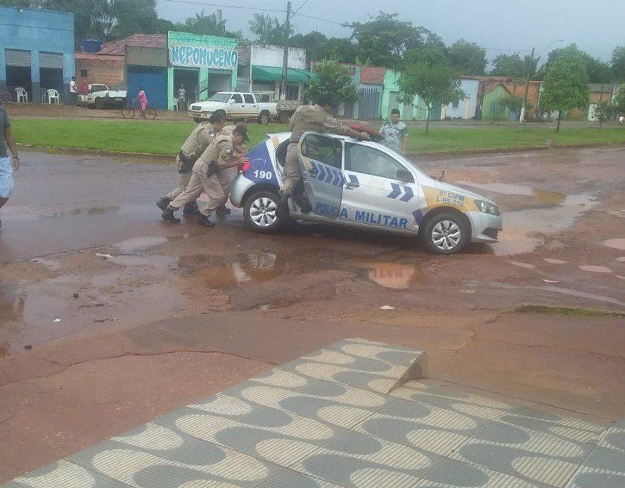 Viatura caiu em buraco ao lado da prefeitura de Ananás