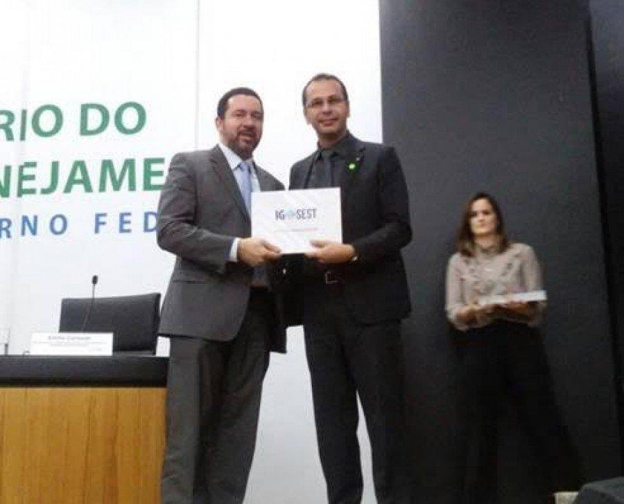 Diretor da DINEG, Valcedir Tose, recebeu o Certificado das mãos do Ministro do Planejamento, Dyogo Oliveira