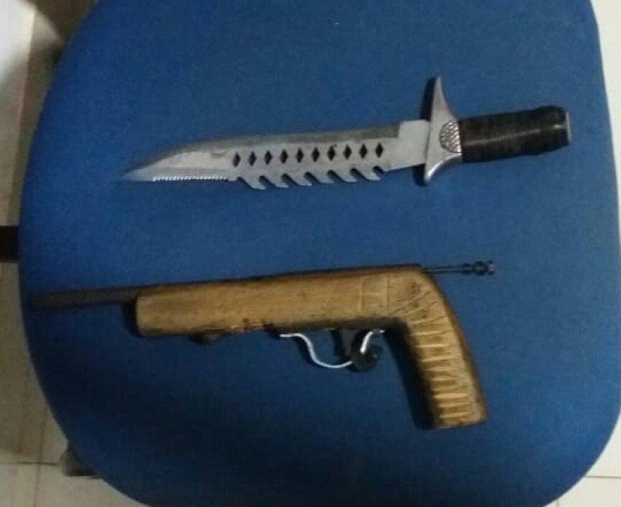 Policiais deram-lhe voz de prisão e o conduziram juntamente com o punhal e a arma de fogo para a DP de Goiatins