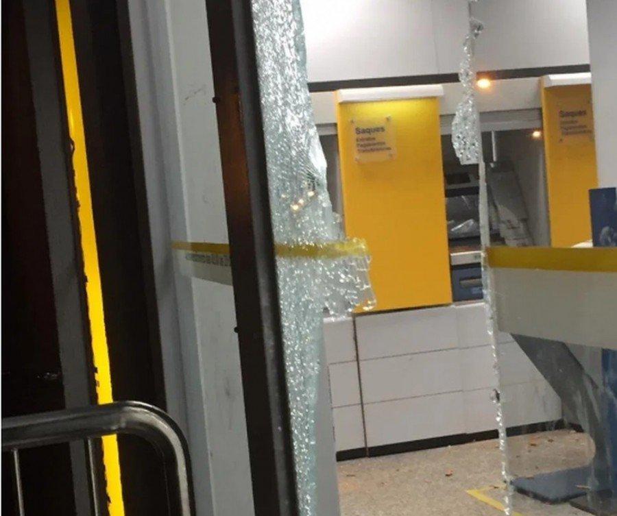 Vidraça e caixas eletrônicos foram danificados
