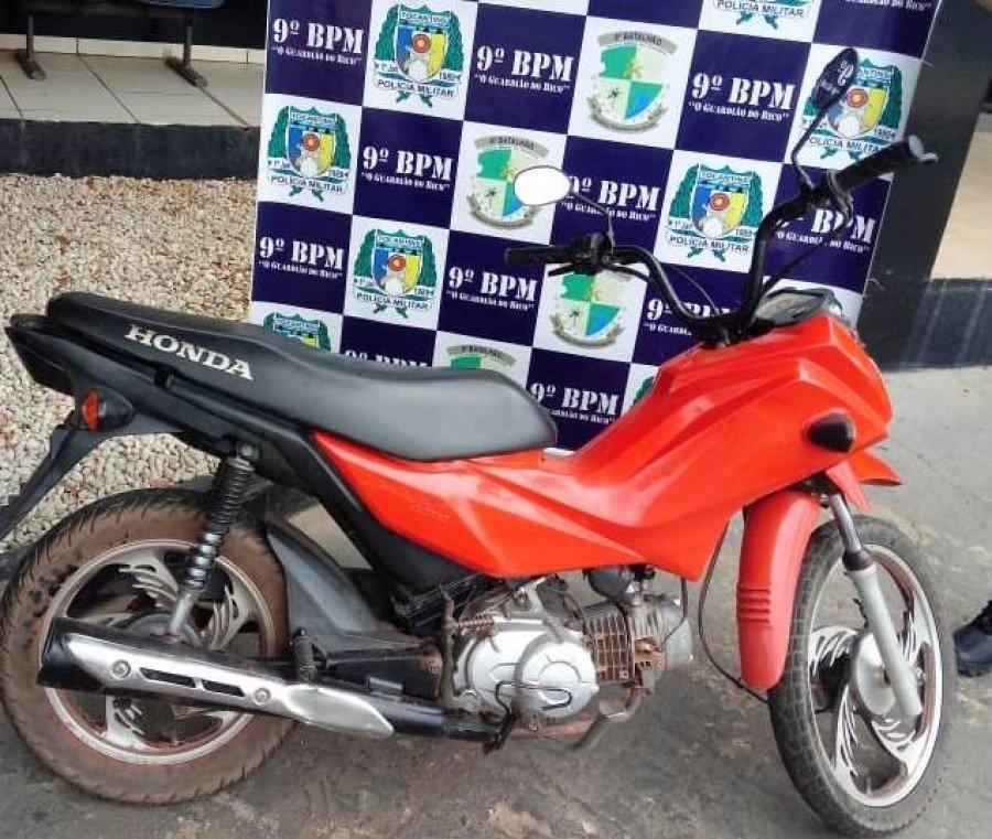 Motocicleta apreendida pela PM em poder do autor em Araguatins (Foto: Divulgação/9º BPM)