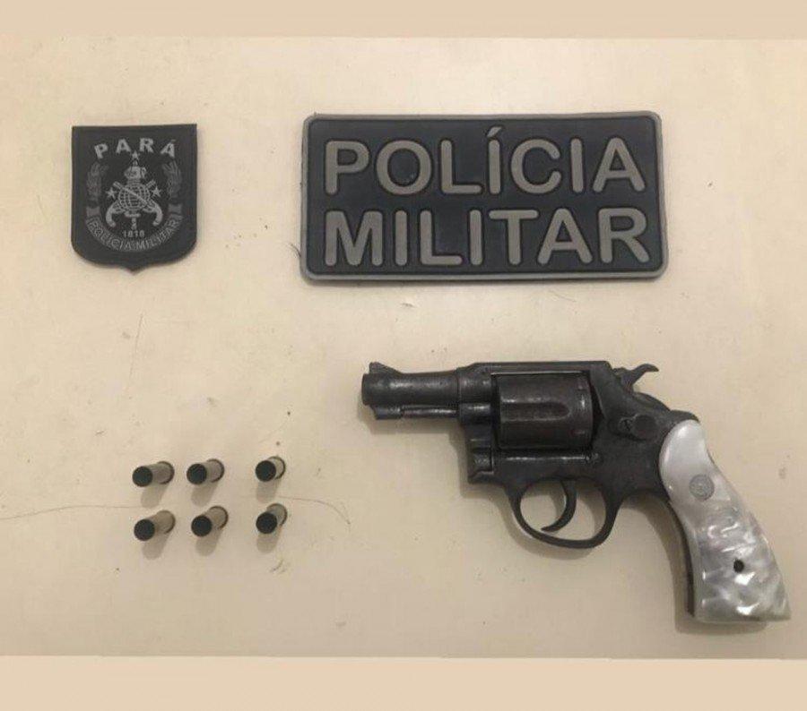 Revólver e munições apreendidos pela polícia