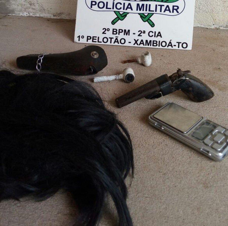 Arma e objetos foram apreendidos pela polícia (Foto: Divulgação PMTO)