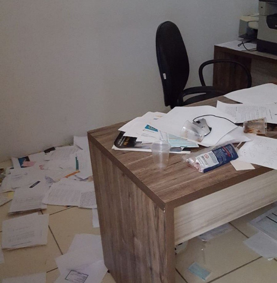 Papéis foram jogados pelo escritório e objetos foram roubados (Foto: Divulgação/ Polícia Civil)